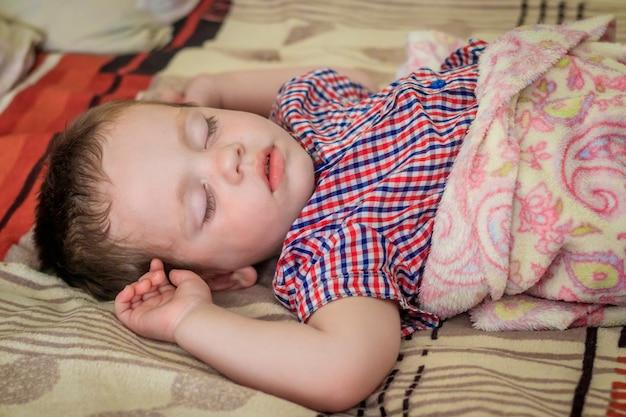 Le petit garçon dort. jeune enfant. en train de dormir.