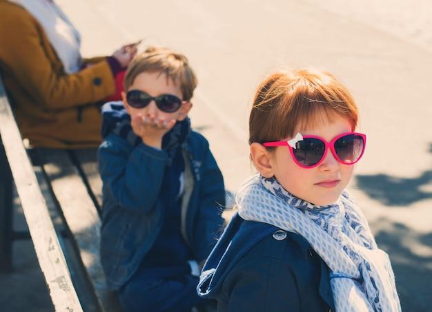 Petit garçon drôle et fille en plein air