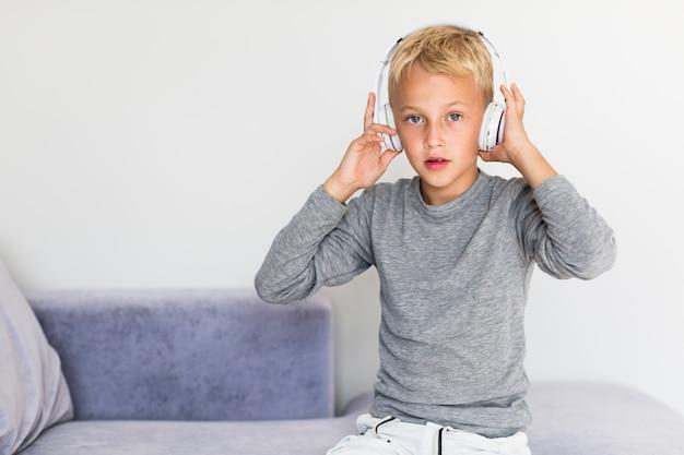 Petit garçon écoute de la musique à la maison