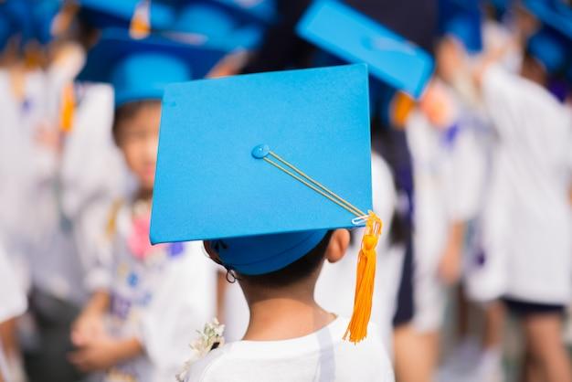 Petit garçon est diplômé de l'école maternelle
