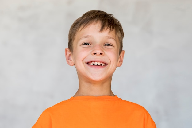 Petit garçon exprimant le bonheur