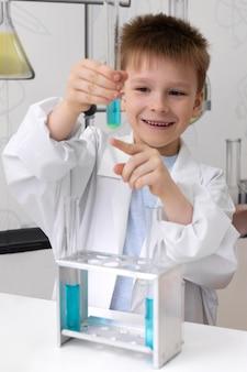 Petit garçon faisant une expérience scientifique à l'école