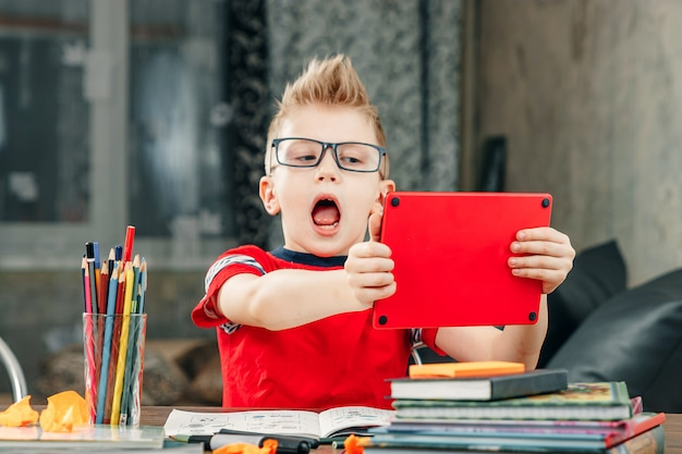 Petit garçon fait ses devoirs à l'école.