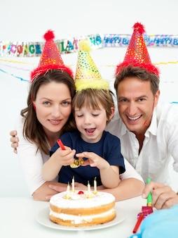 Petit garçon fête son anniversaire à la maison