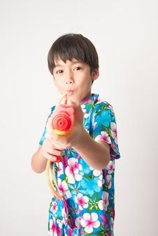 Petit garçon garçon frère dans la tradition de la robe de fleurs thaïlandaise pour le nouvel an thaïlandais