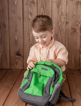 Petit garçon avec grand sac d'école