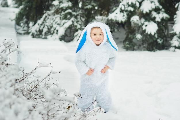 Un petit garçon habillé en lapin rencontre le nouvel an