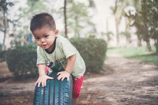 Petit garçon avec heureux, enfant garçon jouant sur la cour de récréation