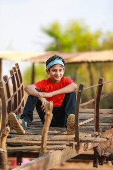 Petit garçon indien assis sur charrette