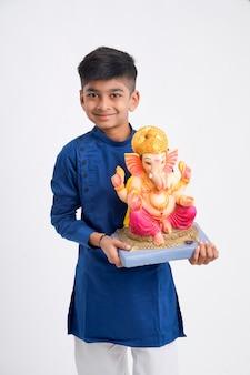 Petit garçon indien avec seigneur ganesha, célébrant le festival de ganesh