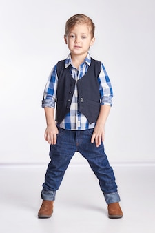 Petit garçon en jeans.