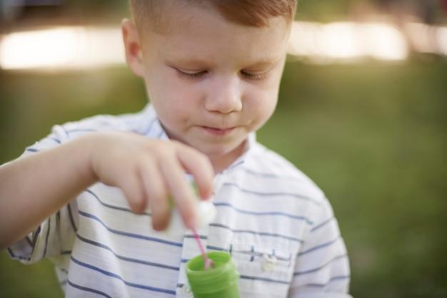 Petit garçon jouant à l'air frais