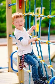 Petit garçon jouant sur l'aire de jeux.