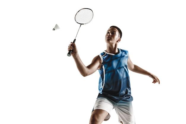 Petit garçon jouant au badminton isolé sur fond blanc studio