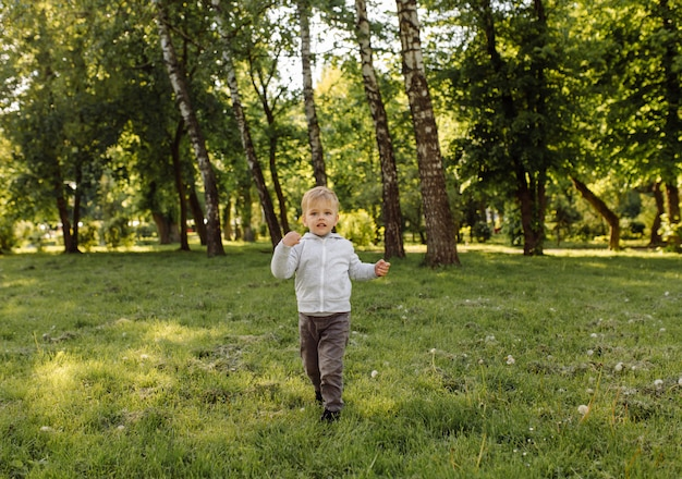 Petit garçon jouant au ballon de football en plein air