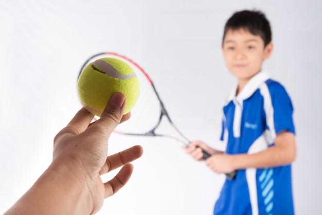 Petit garçon jouant au tennis