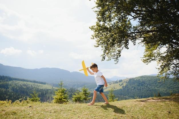 Petit garçon jouant avec un avion jouet