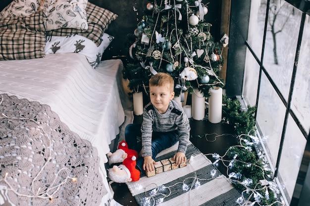 Petit garçon jouant avec des blocs