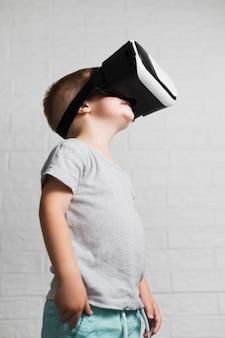 Petit garçon jouant avec un casque de réalité virtuelle