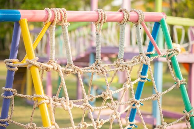 Petit garçon jouant dans l'aire de jeux en plein air