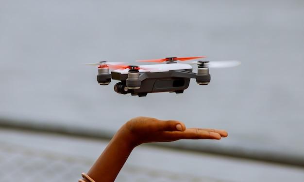 Petit garçon jouant avec drone en été en plein air.
