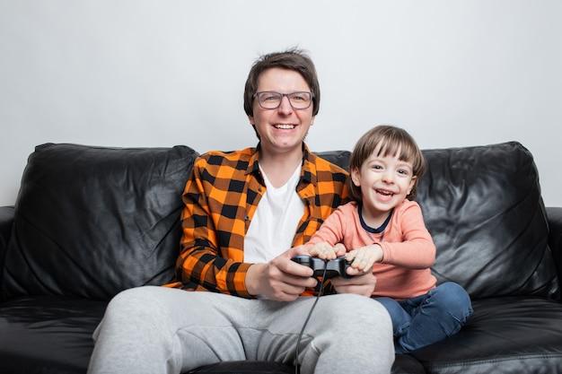 Un petit garçon jouant à des jeux vidéo avec papa.
