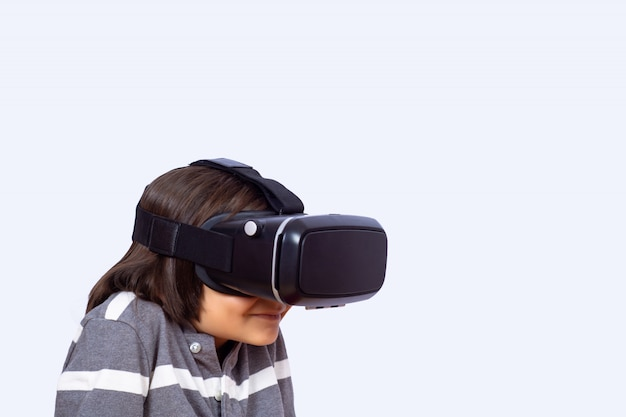 Petit garçon jouant à des jeux vidéo avec vr.