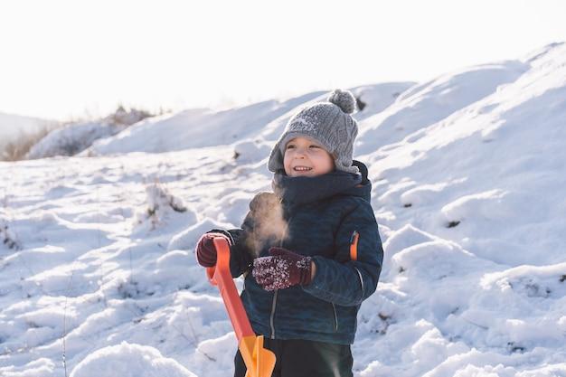 Petit garçon jouant avec de la neige