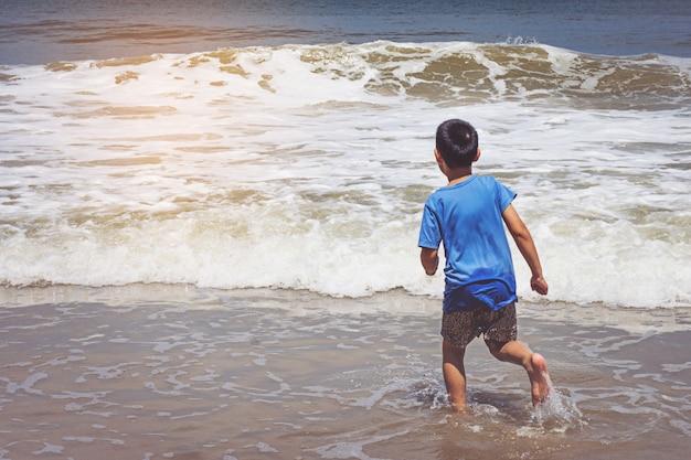 Petit garçon jouant sur la plage