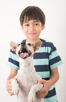 Petit garçon jouant avec son ami chien jack russel