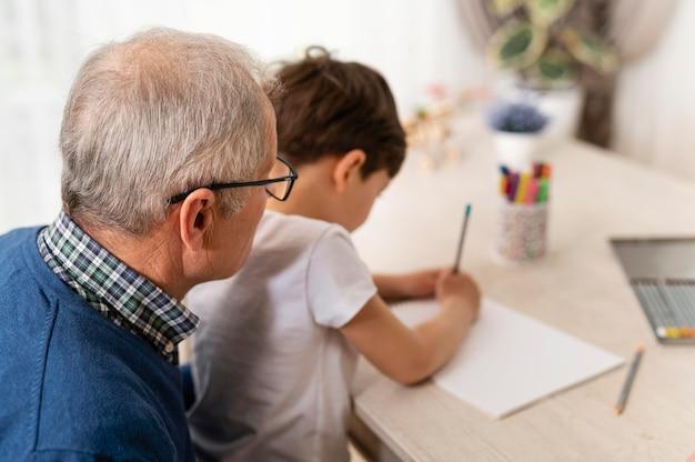 Petit garçon jouant avec son grand-père