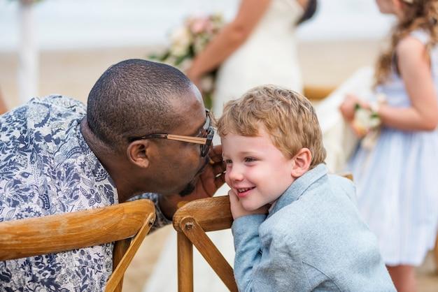 Petit garçon lors d'une cérémonie de mariage