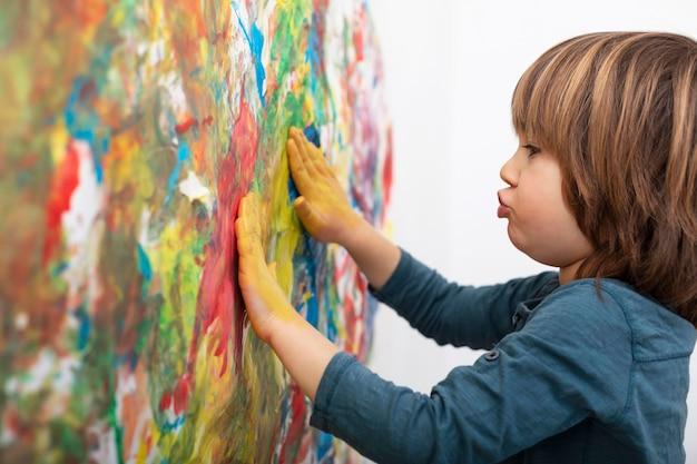 Petit garçon à la maison peinture