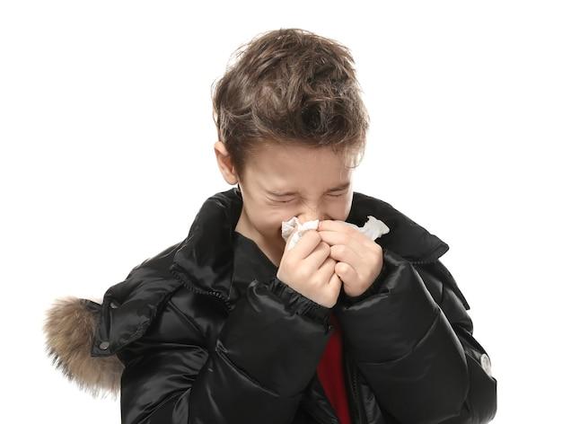 Petit garçon malade avec du tissu isolé sur blanc