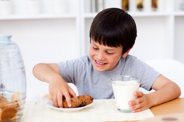 Petit garçon mangeant des biscuits