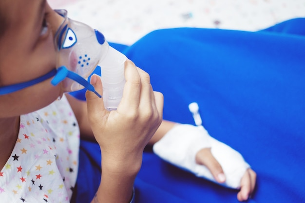 Petit garçon avec masque inhalateur à l'hôpital