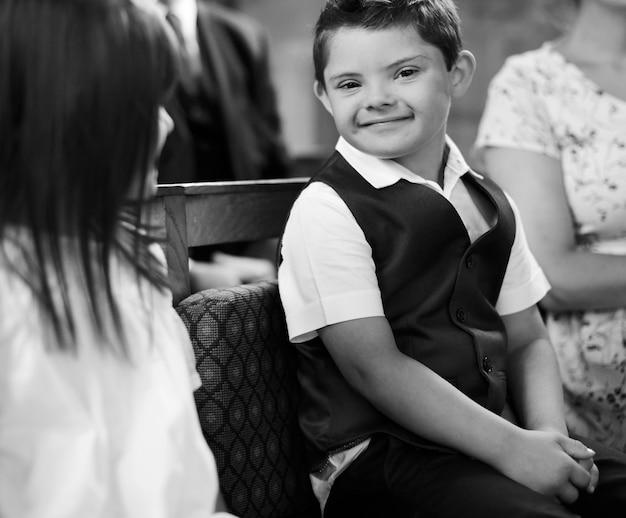 Petit garçon mignon attendant l'arrivée de la mariée
