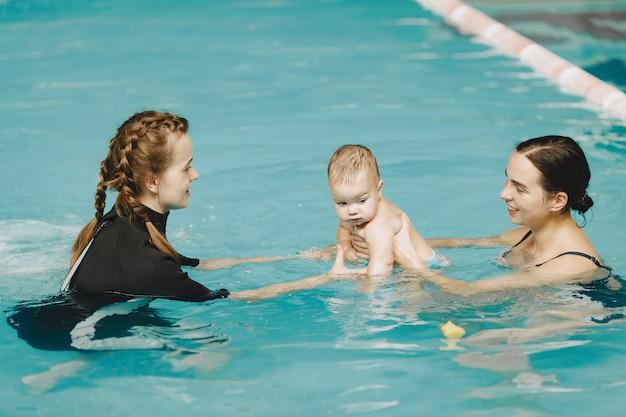 Petit garçon mignon. instructeur avec enfant. mère avec fils