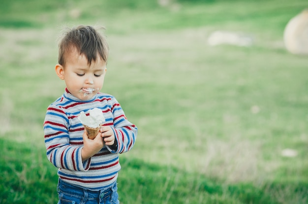 Petit garçon mignon, manger de la glace