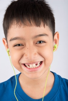Petit garçon montrant des dents de lait
