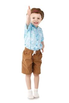 Petit garçon montrant le signe ok