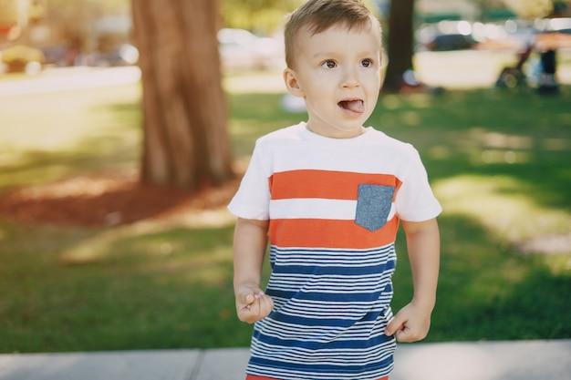 Petit garçon parc de 7 ans
