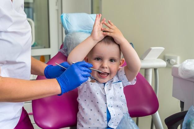 Petit garçon patient en dentisterie assis dans une chaise