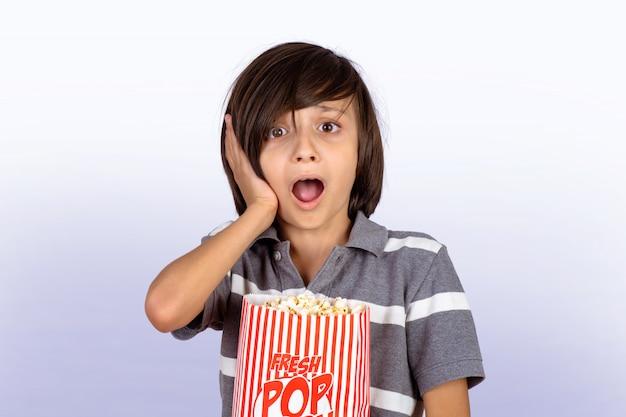 Petit garçon avec pop-corn