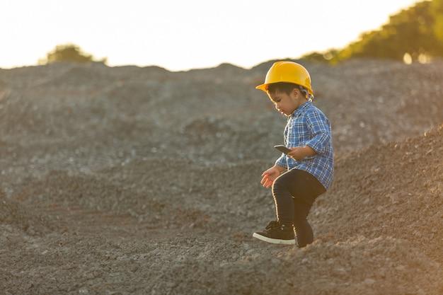 Petit garçon portant un casque, concept de rêve, veut être un futur ingénieur.