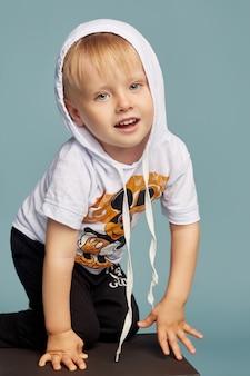 Petit garçon posant, modèle de garçon émotions gaies