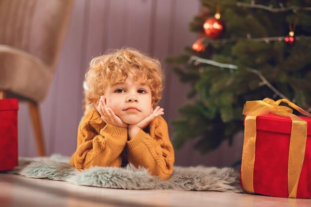 Petit garçon, près, arbre noël, dans, a, chandail brun