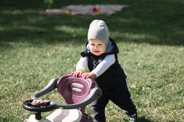 Petit garçon en promenade dans le parc un jour de printemps