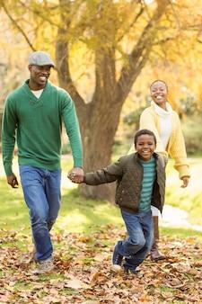Un petit garçon qui tire ses parents pour marcher plus vite