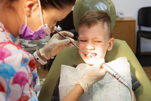 Un petit garçon à la réception d'un dentiste dans une clinique dentaire.
